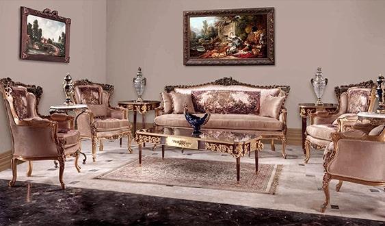 اتاق نشیمن با چیدمان کلاسیک، مبل استیل و تابلو فرش کرمی و طلایی