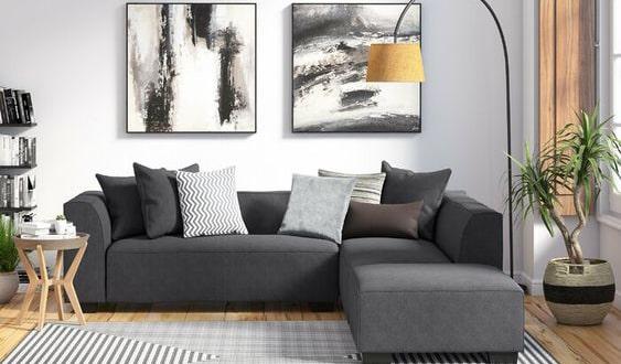 اتاق نشیمن با چیدمان مدرن، مبلمان توسی، آباژور زرد و تابلوی مدرن